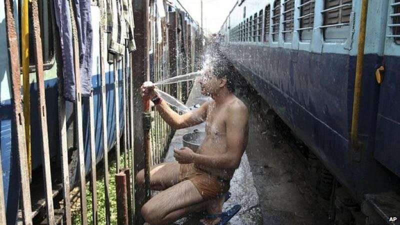 India heatwave kills 800 as capital's roads melt