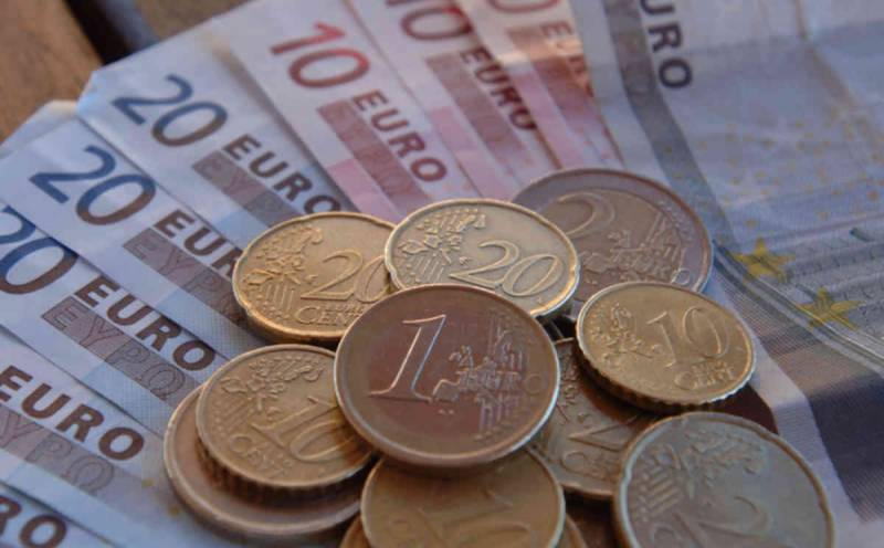 Euro ticks higher ahead of Greek debt referendum