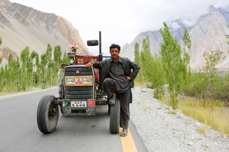 Americans create GoFundMe campaign to buy Pakistani man a tractor after HONY post goes viral