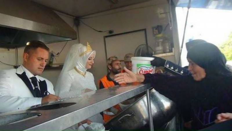 Turkish couple hold wedding buffet in refugee camp
