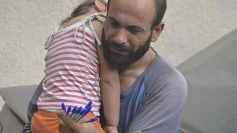 Photo of desperate man selling pens in Lebanon's streets with daughter inspires internet to raise over $130,000