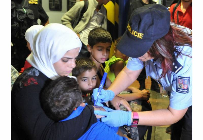 Czech police become Nazis: Marked refugees with numbers on their forearms