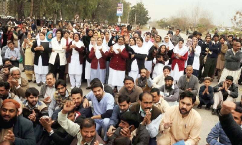 Islamabad police baton charge protesting doctors, paramedical staff