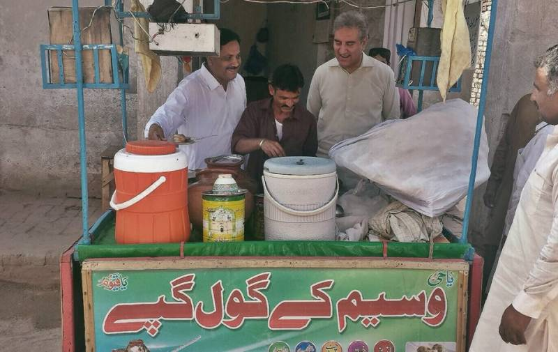 Shah Mehmood Qureshi seen waiting for 'Gol Gappay' in latest photo