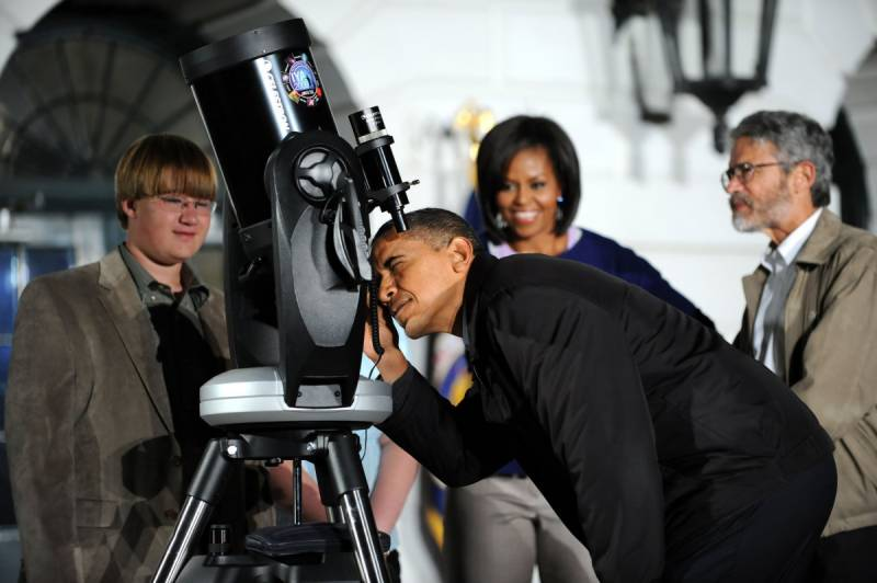 Obama gets guided tour of the Moon with aspiring astronomers