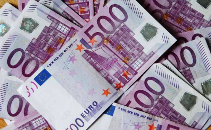Boy fishes 100,000 euros out of river