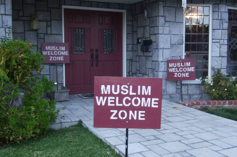 """US author distributes """"Muslim Welcome Zone"""" signs to fight Islamophobia"""