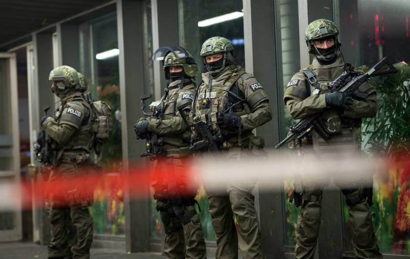 Two Munich railways stations evacuated over 'IS attack threat'