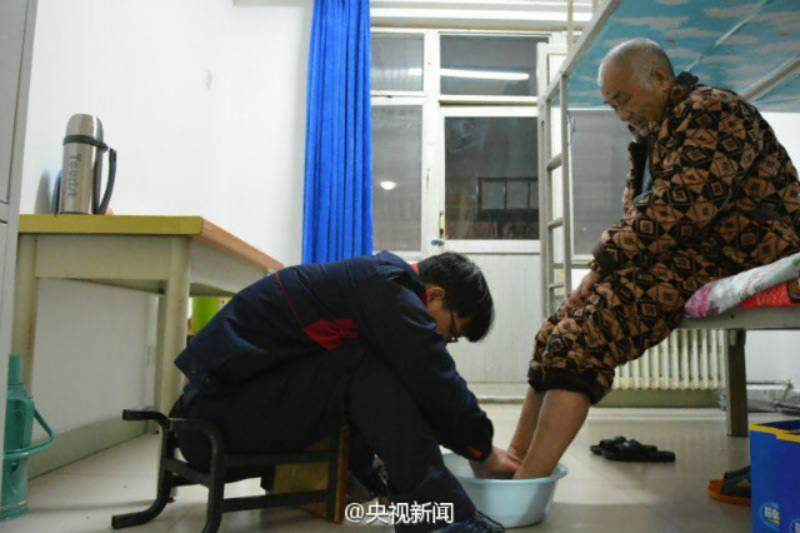 Boy takes care of paralysed father at university
