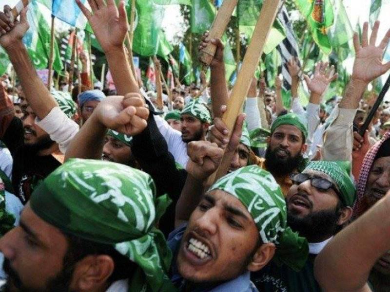 Mumtaz Qadri supporters attack journalists, media houses across Pakistan