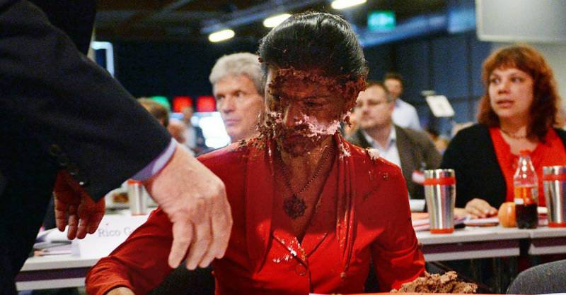 VIDEO: German lawmaker hit with chocolate cake over anti-migrant comments