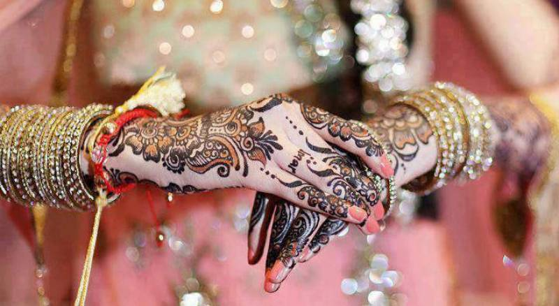 Video: Bride rotates on stage in a weird Pakistani wedding ceremony
