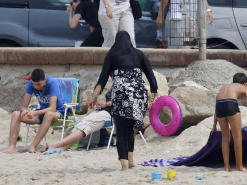 Ten Muslim women apprehended in Cannes over wearing banned burkinis