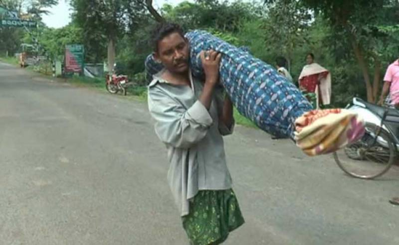 Shortage of money, Indian man carries wife's corpse on shoulder for 10 Kilometers