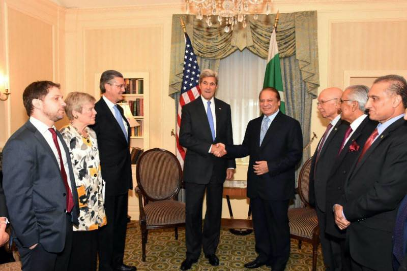 UNGA: PM Nawaz raises Kashmir issue with the US Secretary of State, reminds him of Clinton's promise