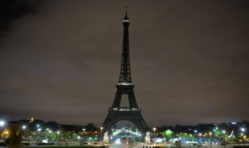 Eiffel tower goes black to mourn the fall of Allepo from the hands of 'rebel' terrorists