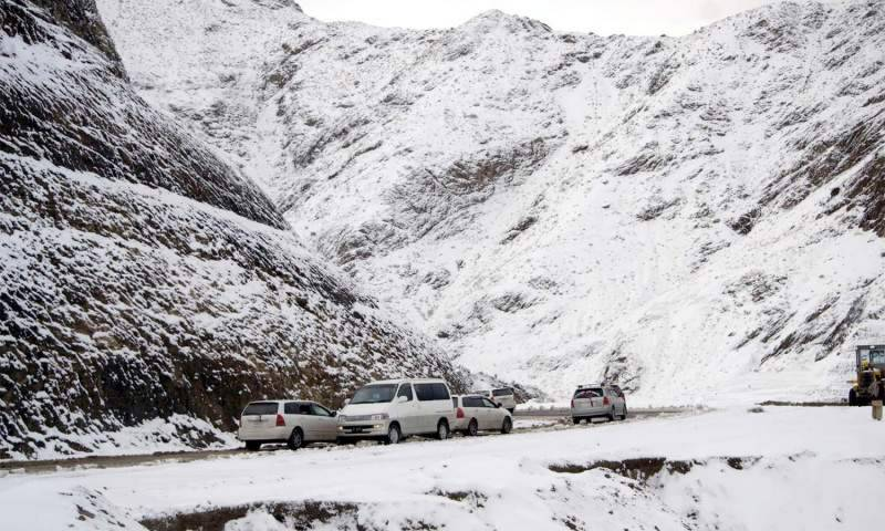 First snowfall hits Quetta: Firewood price goes up