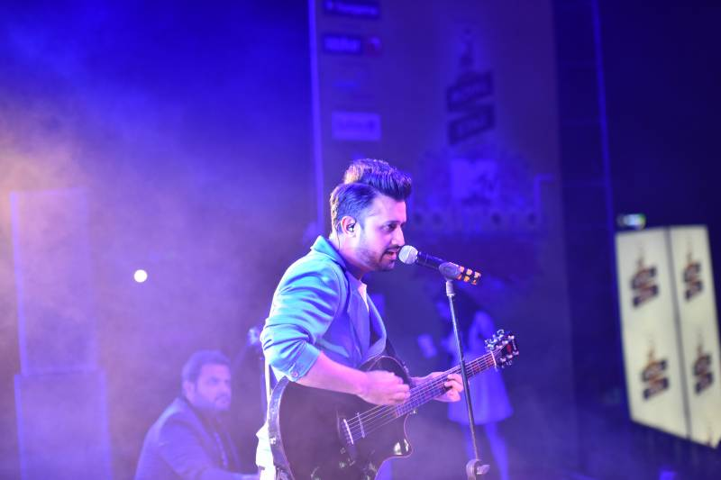 Atif Aslam stopped his concert mid-way to teach harassing men a lesson: watch video