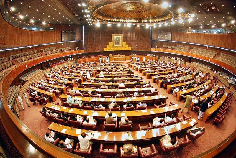 Panamagate aftermath: PTI, PML-N lawmakers exchange abuses, fists inside Parliament