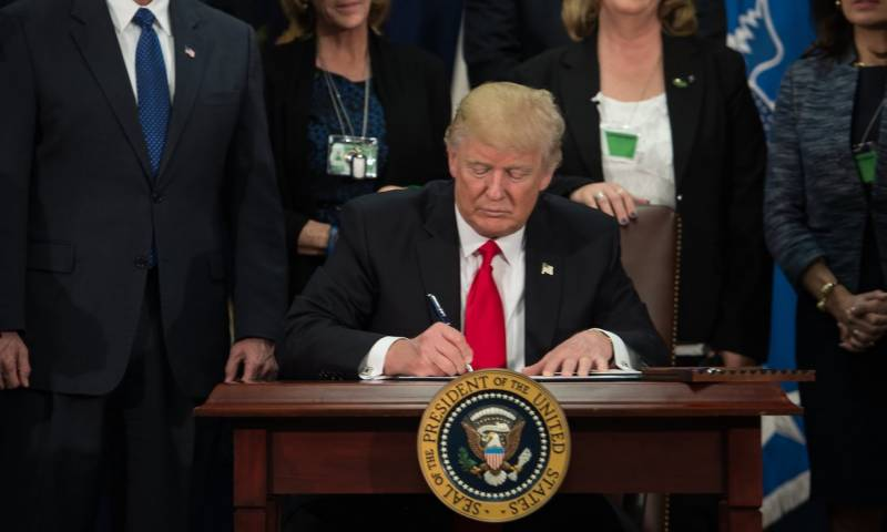 Trump signs executive order to start building wall on Mexico border