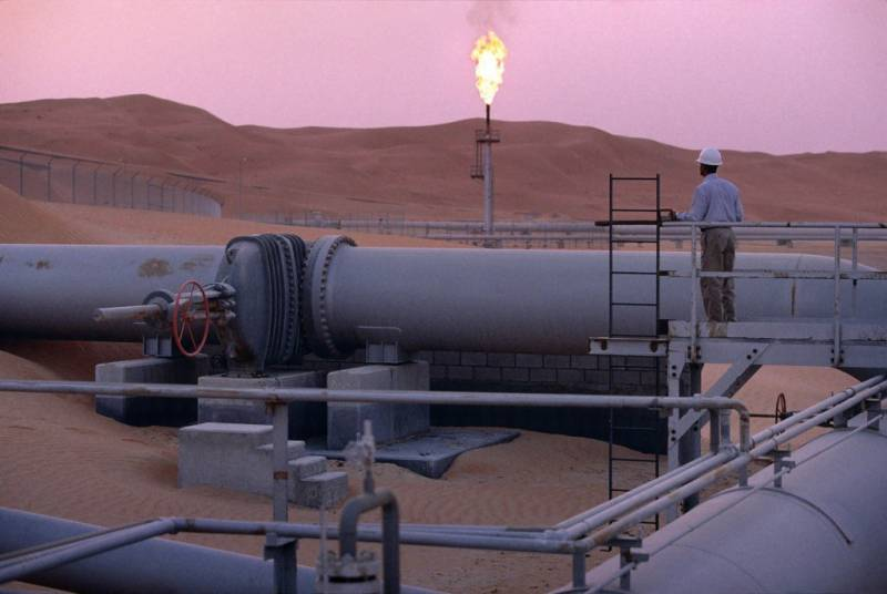 Contractor killed, three injured in Saudi Aramco oil pipeline leak