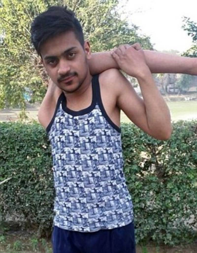 Flexible Pakistani teenager who has stunning ability of bending shoulder 360 degrees