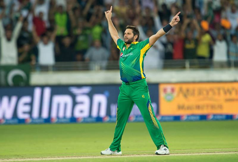 Shahid Afridi receives farewell gift from India