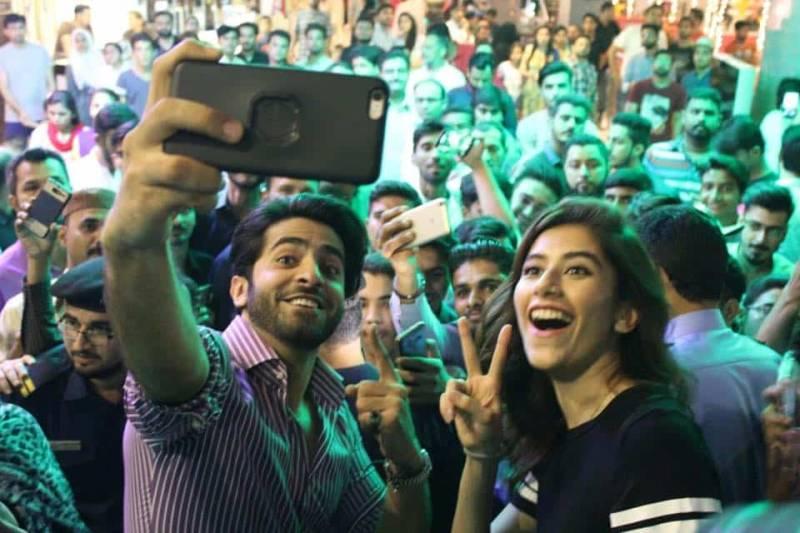 Syra Shehroz & Sheheryar Munawar take 'crowd selfies' in Karachi!