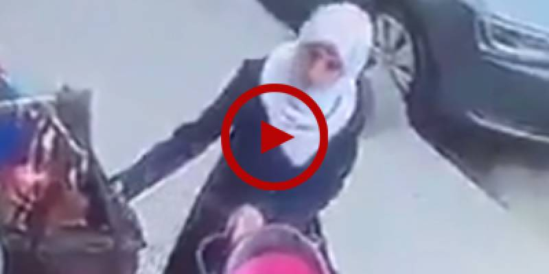 Watch how lady thieves take away purse of a woman