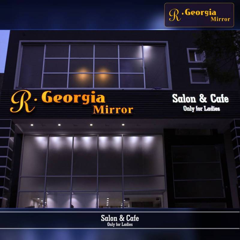 How about a Cafe & a Salon, at the same place? Ladies, R Georgia Mirror is your new HEAVEN!