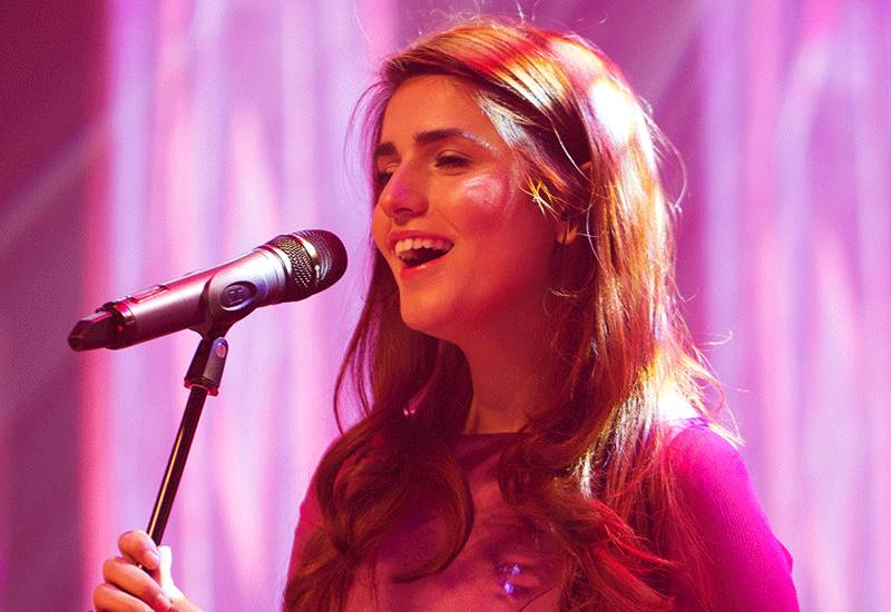 Momina Mustehsan celebrates Independence Day with PIA passengers mid-air!