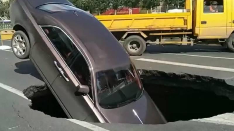 VIDEO: Rolls-Royce Phantom swallowed by sinkhole in China