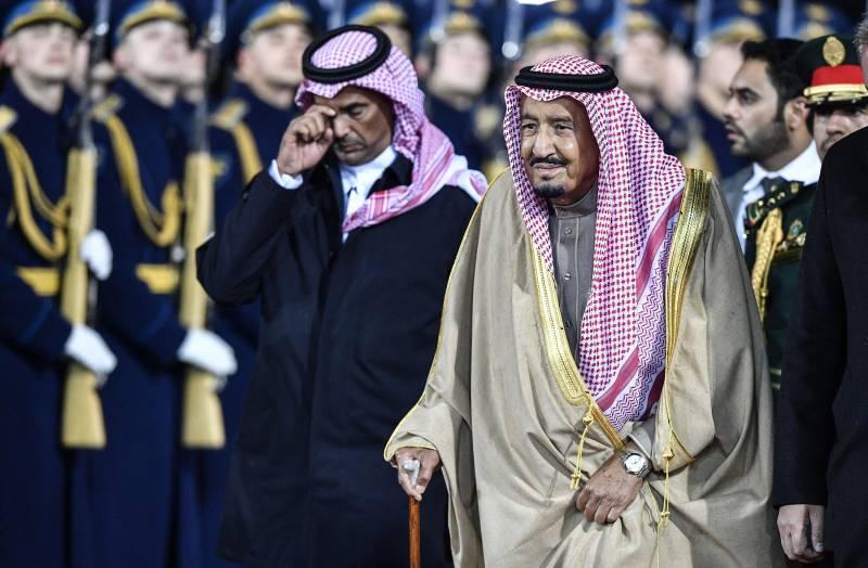 Saudi King Salman takes 1500 entourage, luxury carpets & golden escalator on visit to Moscow (VIDEO)