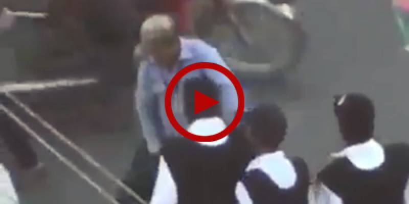 'Why do you touch bike with my uniform', Karachi traffic police officials brutally beat up a citizen on busy road