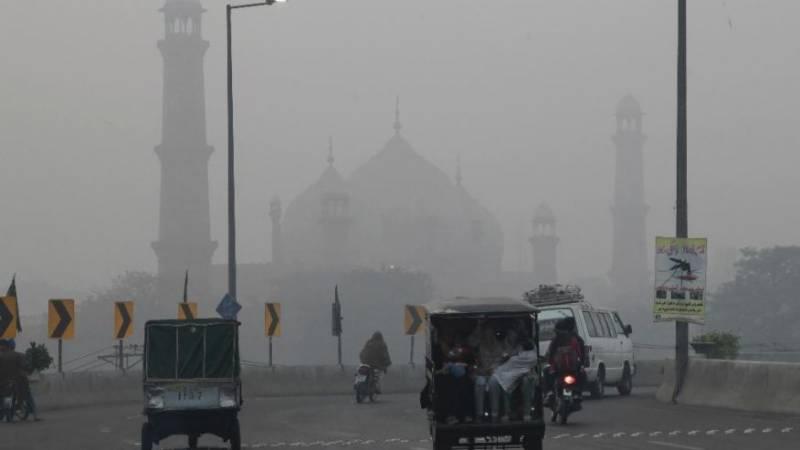 Low visibility, health hazard as thick smog blankets Lahore