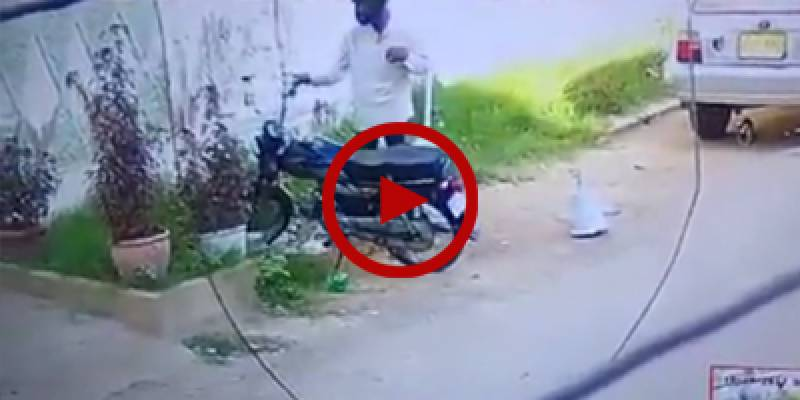 Robber steals motorcycle in broad daylight in Karachi