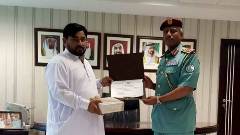 Pakistani man catches thief in Sharjah, receives honour
