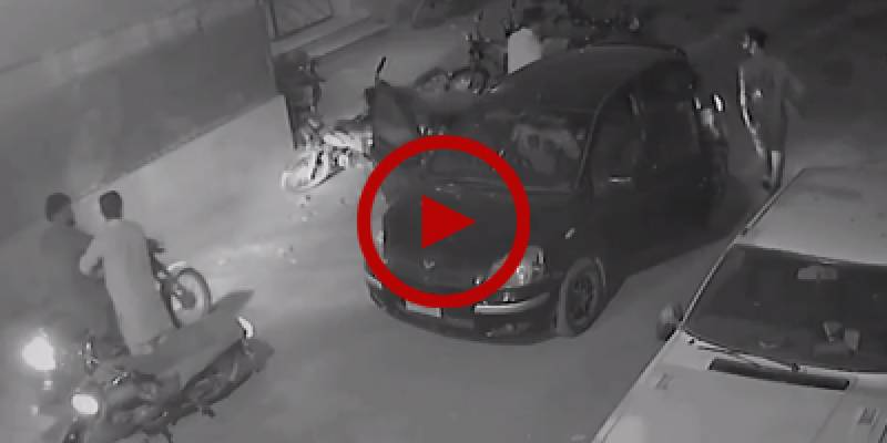 Drive-by robbery by group of bandits caught on camera