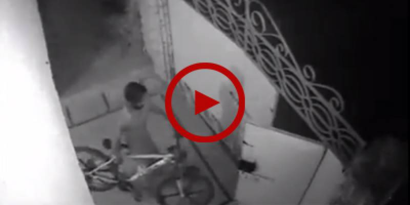Watch how a thief easily gets away with a mountain bike from a Karachi house