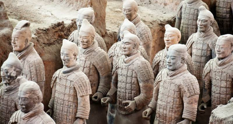 American man steals a thumb of Chinese terracotta warrior after selfie