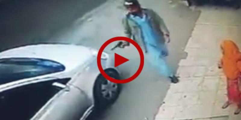CCTV footage of a street robbery in Gulshan-e-Iqbal area of Karachi