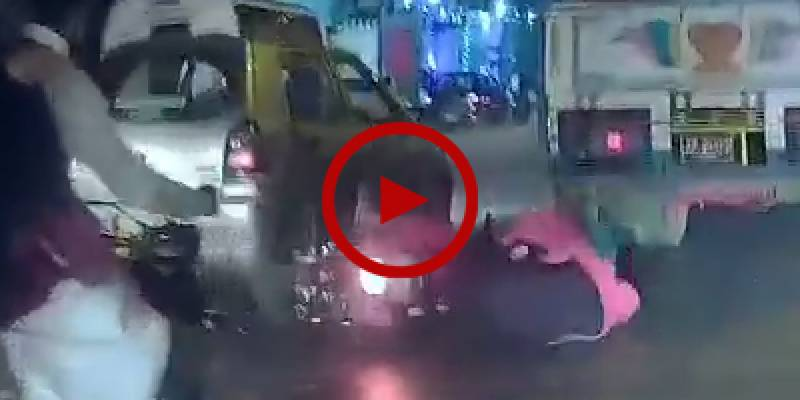 Horrible accident of couple on motorbike in Karachi