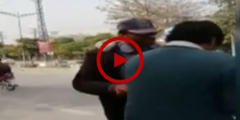 Traffic official manhandles citizen in Rawalpindi