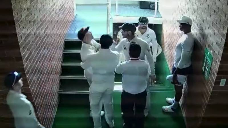 'Warm' Warner caught on camera while scuffling with South African Quinton de Kock (see video)