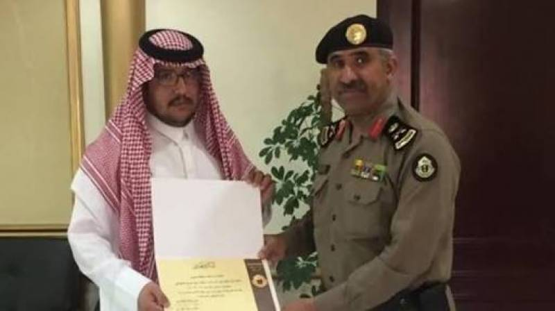 Saudi man is honored for his heroic act of saving a girl from being kidnapped