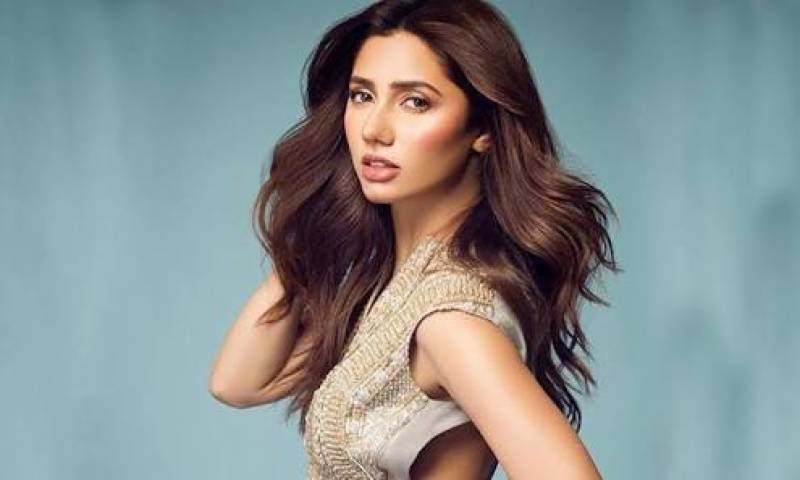 Right when we thought Mahira cannot be anymore perfect, we see her setting the dance floor on fire
