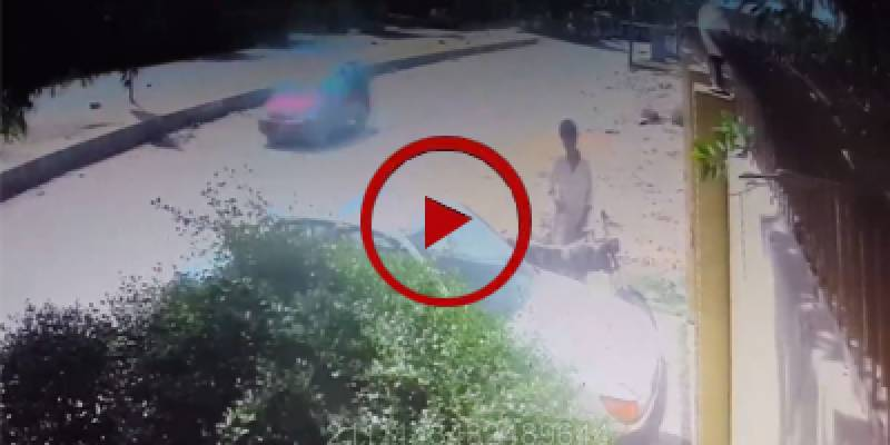 Man steals motorbike from outside house in Karachi (VIDEO)