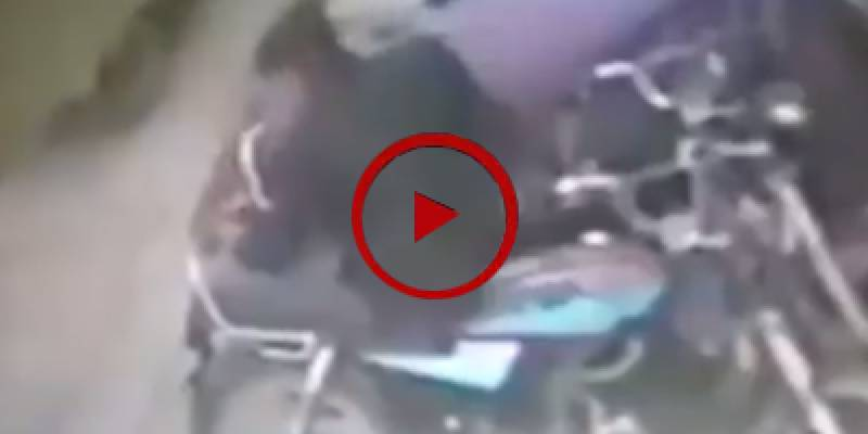 Thief swiftly unlocks motorcycle in Karachi (VIDEO)