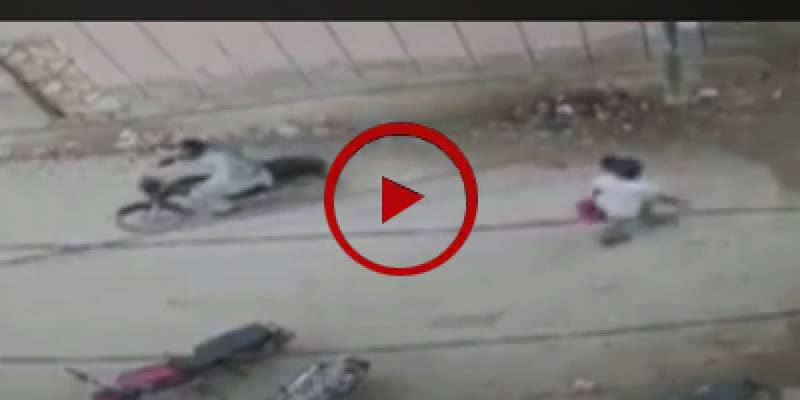 Robbers get away with motorcycle at Iftar time (VIDEO)
