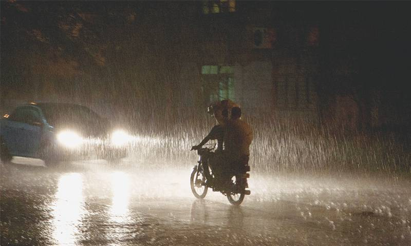 Heavy rain lashes Lahore, roads inundated